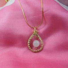 Collier/pendentif rose, pendentif argenté, perle de quartz rose, wire wrapping, fil métallique doré.