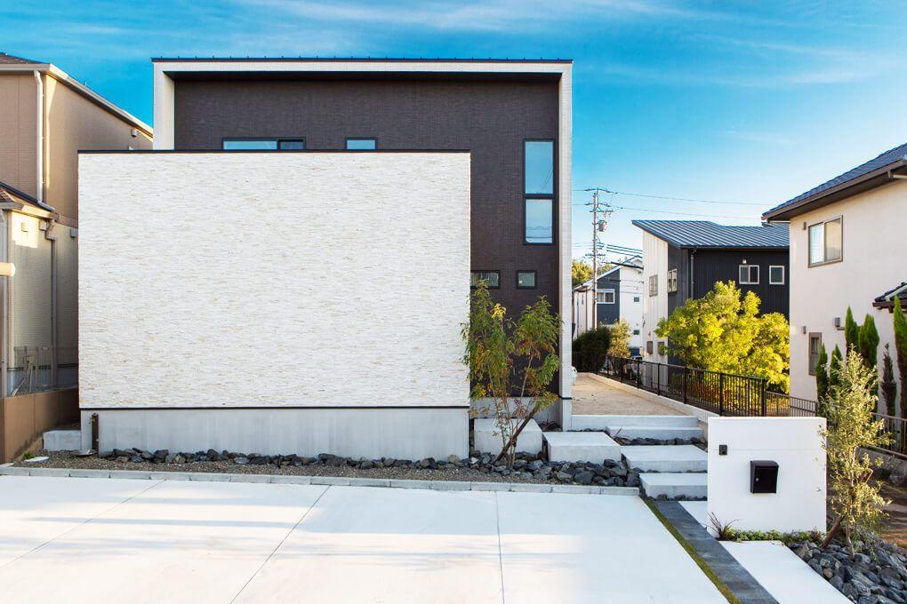 外観 ブラックのタイルにホワイトの石貼りが引き立つ シンプル