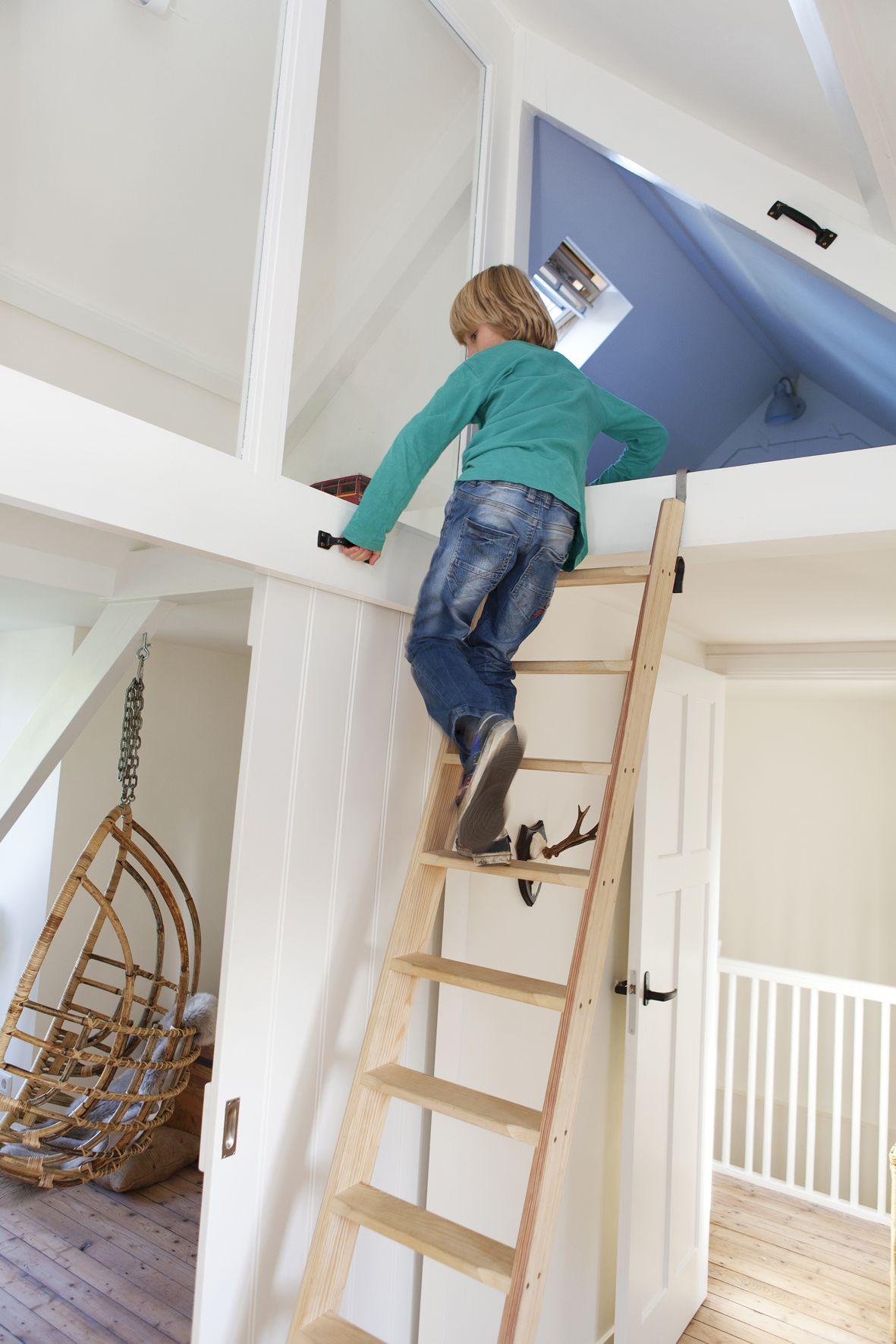 Loft bedroom ideas kids  Zolderetage met meubelontwerpen kastenwanden schuifdeur dakkapel