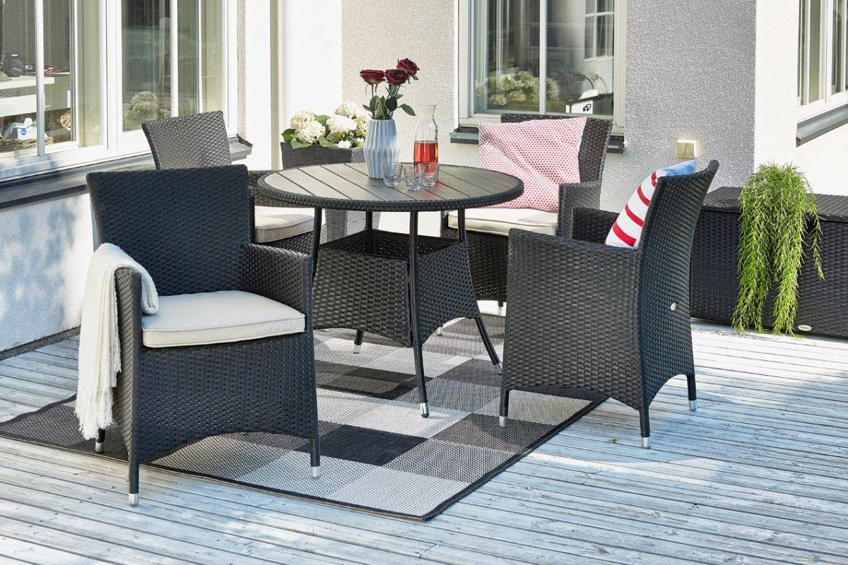 Linjakas polyrottinkinen pöytäryhmä, johon kuuluu polywoodkantinen pöytä sekä neljä käsinojallista tuolia beigellä...
