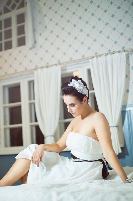 Kaunis aplikoitu pitsinen hiuspanta on vintagetyylinen vaihtoehto kampauskoristeeksi. Ninka.  www.ninka.fi/