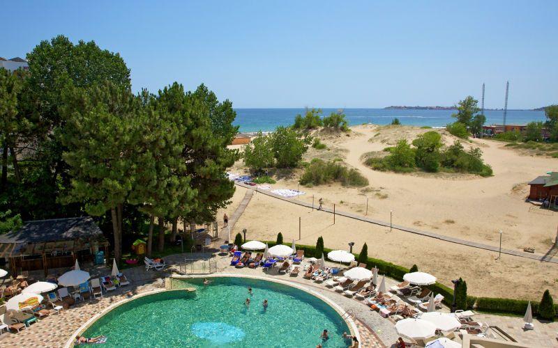 Aivan rannalla, lähellä Sunny Beachin iltaelämää sijaitsee suosittu ja laadukas hotelli Jeravi. Viihtyisällä uima-altaalla on maksutta aurinkotuoleja ja -varjoja. Snackbaari tarjoilee pientä purtavaa. Hotellin ylimässä kerroksessa on pelihuone, jossa on useita eri pelejä mm. biljardia ja pöytätennistä. Pelejä pelatessa voi nauttia upeista merellisistä näkymistä. Kaikissa huoneissa on maksuton internetyhteys. www.apollomatkat.fi