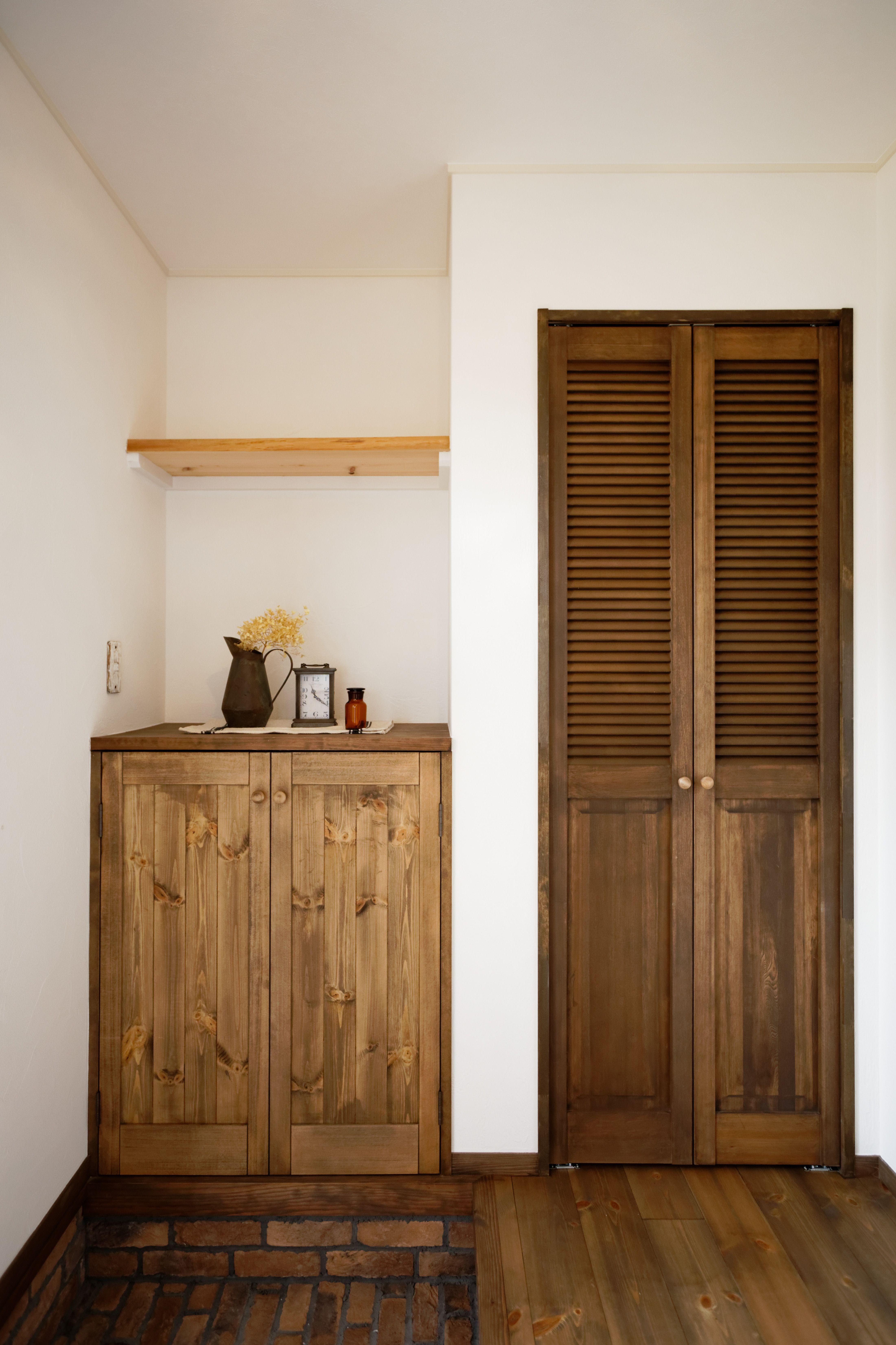 yさん家の玄関。 左→靴箱 右→コート掛け 靴箱の上は、雑貨の
