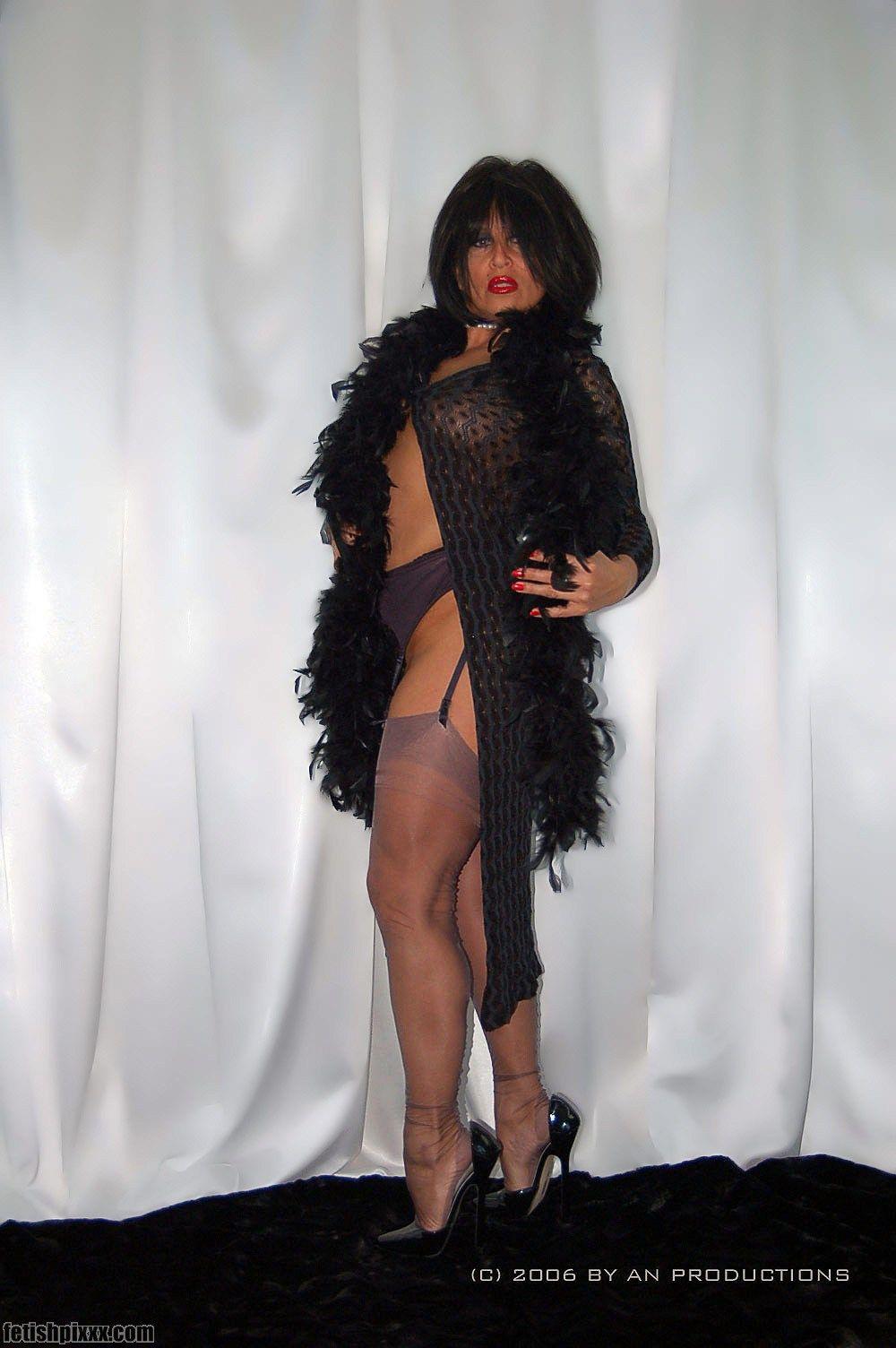 Amanda Posing In Grey Ff Nylon Stockings And High Heels