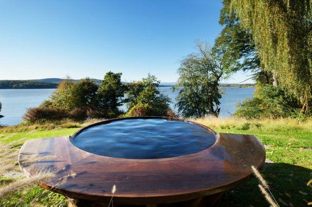 Whirlpool Garten schöner Blick Rasenfläche Bäume Sichtschutz