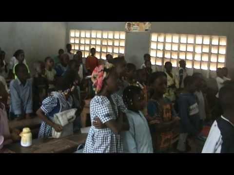 Joe de Maradja dans une école en Afrique