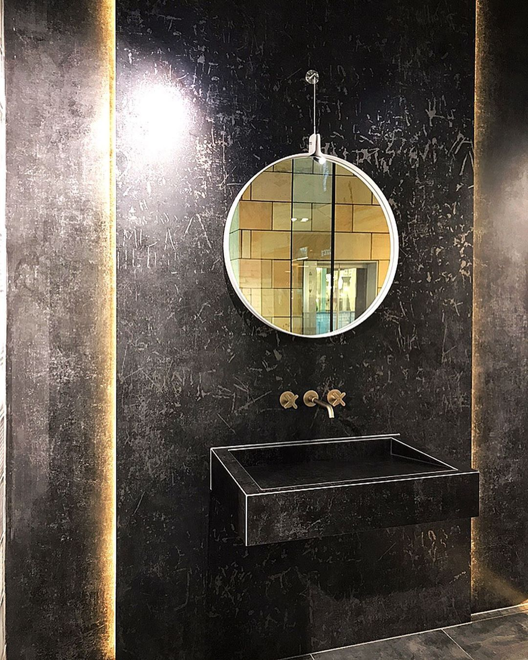 Werbung Eleganter Auftritt In Schwarz Und Gold Mit Indirekter Beleuchtung Von Schluetersystems Besucht Uns Round Mirror Bathroom Bathroom Mirror Bathroom