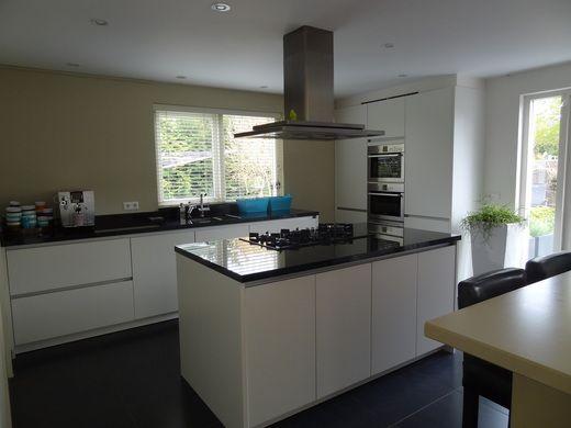 Vt wonen binnenkijken witte keuken met gekleurde muur home inspiration pinterest muur - Gekleurde muren keuken ...
