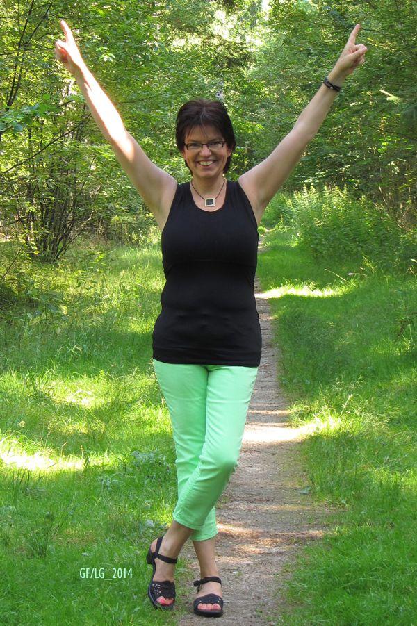 Neongrün mit Schwarz im Sommerwald