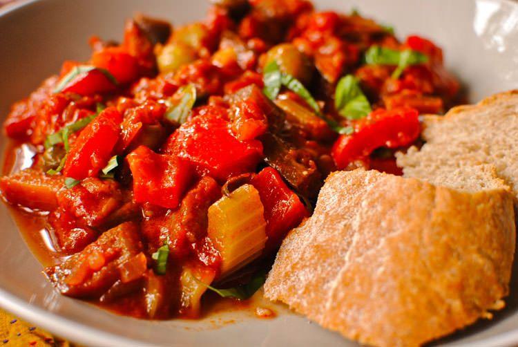 """Sastojci za vegetarijanski đuveč:  1 kg crnog luka, 6 bamija, 1 plavi patlidžan, 2 šoljice pirinča, 1 veza peršuna, 1 list celera, 6 paradajza, 4 krompira, 2 tikvice, 3 crvene paprike """"šilje"""", maslinovo ulje, biber, aleva paprika, so."""