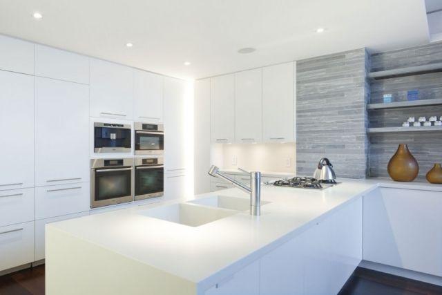 Moderne küchen mit insel an der wand  puristische einbauküche-weiß kochinsel-naturstein wand | Küchen&Co ...