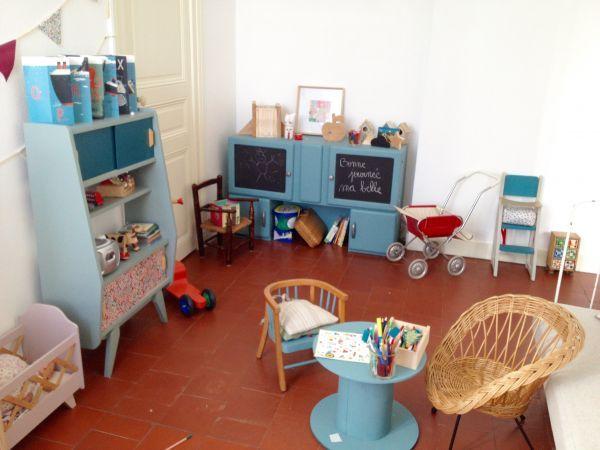 salle de jeux retro vintage entre objets chin s et cr ations mirguette au sol tomettes. Black Bedroom Furniture Sets. Home Design Ideas