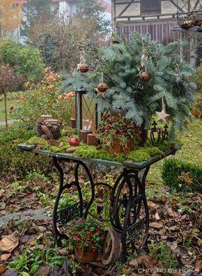 Photo of Quaste aus Kiefernadeln, natürliche Gartendeko im Winter, Weihnachtsdekoration …