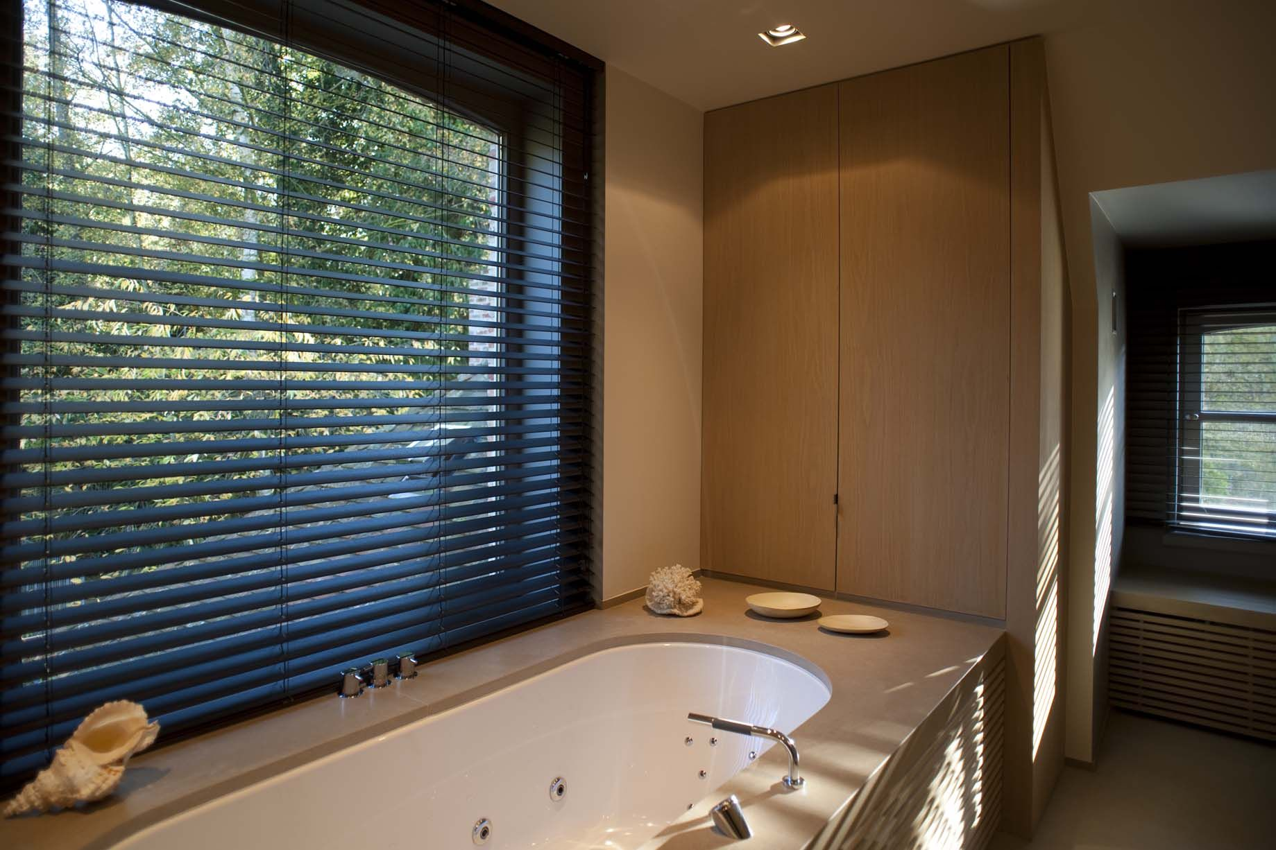 Horizontale houten lamellen louverdrape badkamer pinterest