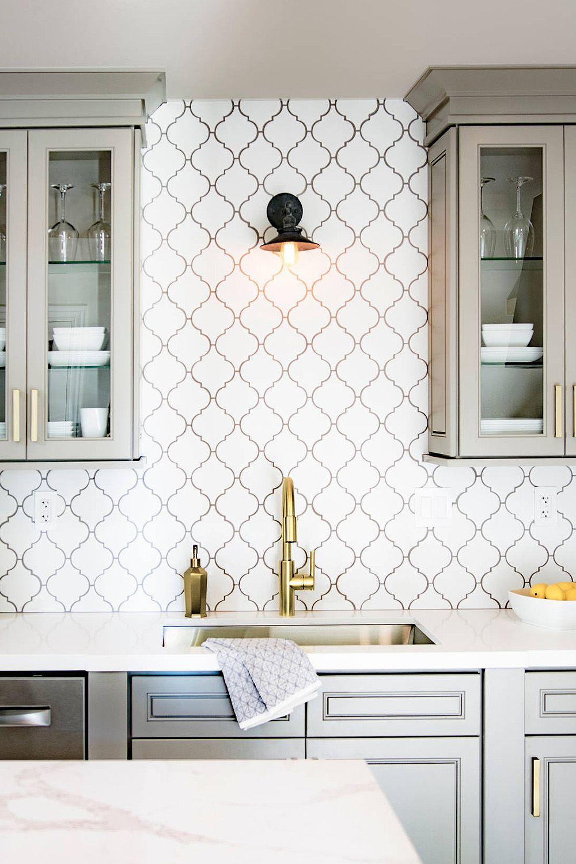 arabesque tile backsplash kitchen