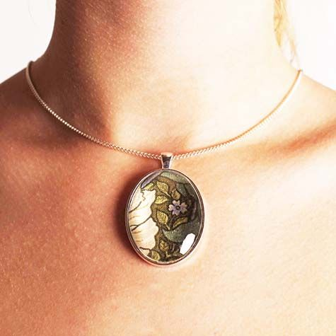 William Morris green oval necklace