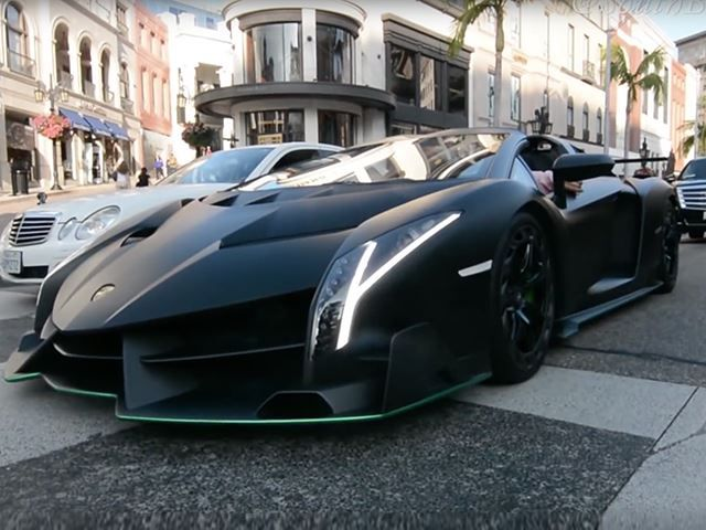 Watch A Lamborghini Veneno Cruise Around Beverly Hills