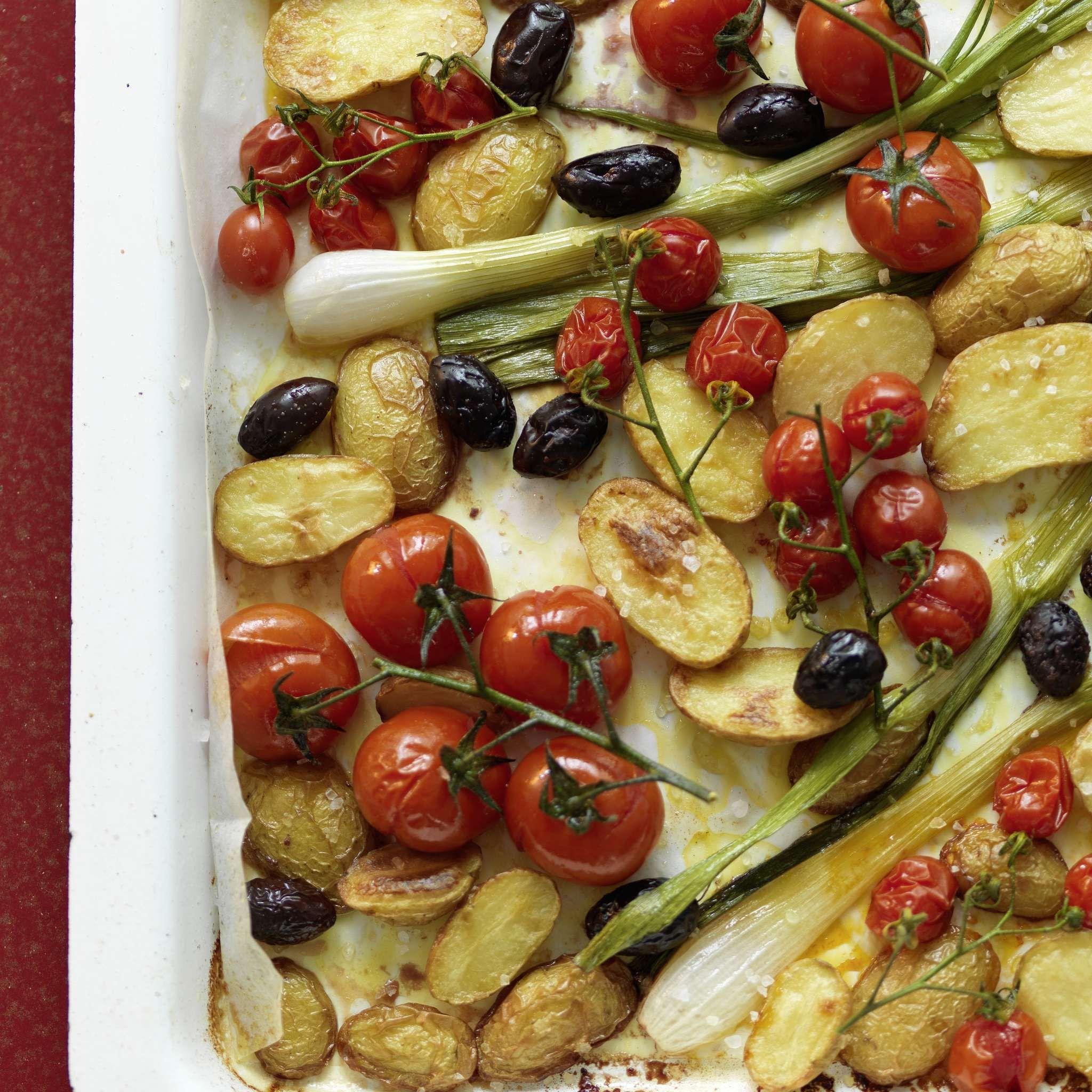 Ofenkartoffeln mit Tomaten. Veganes Sommerrezept für einen einfachen Hauptgang. Neue Kartoffeln mit Oliven, Cherrytomaten und Frühlingszwiebeln im Ofen gebacken. #kartoffelnofen