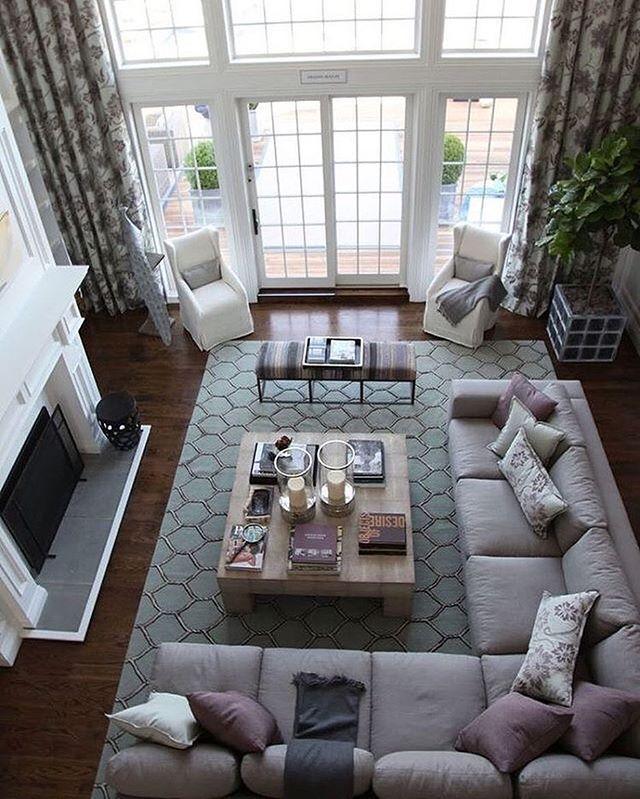 مجلس رجال نيو كلاسيك تم استخدام البانوهات وكرانيش السقف المدهبة لاعطاء نوع من الفخامة للمكان كما تم Home Stairs Design Luxury Living Room Dream House Interior