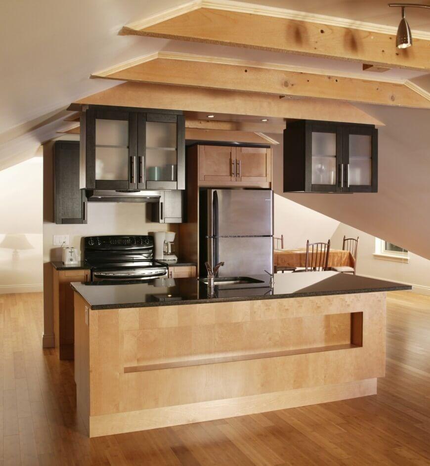 Eine kleine Küche, die gegen eine halbe Wand in der Mitte des ...