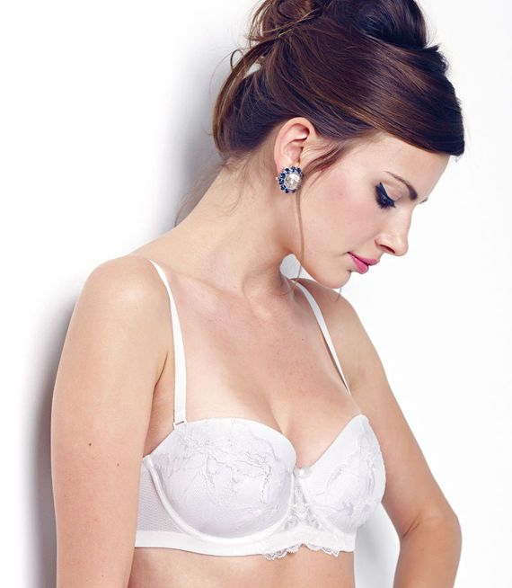 Luksusowa bardotka zdobiona koronką i tiulem. Biustonosz usztywniany z odpinanymi ramiączkami i taśmą silikonową, która gwarantuje komfort noszenia bez ramiączek.