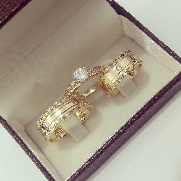 02c4a30c2 Conjunto Par de Aliança 8mm Bordas Diamantada Prata com Banho de Ouro e Anel  Solitario Cravejado em Zirconias em Banho de Ouro Prazo de 20 dias úteis  para ...