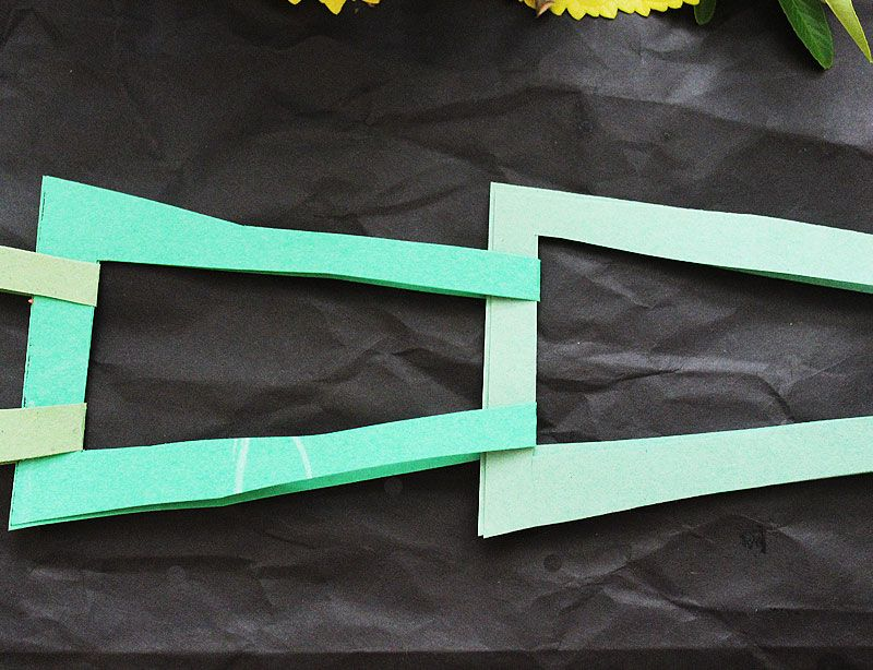 Make a paper chain shaped like an evergreen tree.