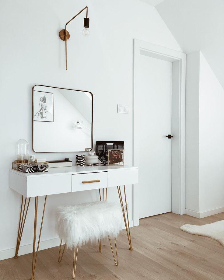 Glam Vibes! Die richtige Leuchte ist von großer Wichtigkeit in unserem Zuhause - denn diese setzen sie stimmungsvollen Effekte. Auch die messingfarbene Wandleuchte WARREN von Menu begeistert durch ein schönes Design und das angenehmes Licht schmeichelt jedem Raum. // Schminktisch Wohnzimmer Ideen Hocker Fell Spiegel Sideboard Gold Skandinavisch Weiss Glam Leuchte Lampe #Schminktisch #Wohnzimmer #Wohnzimmerideen #Ideen #Hocker #Fell #Spiegel #Sideboard #Gold #Leuchte #Lampe @liczihouse #esszimmerlampe