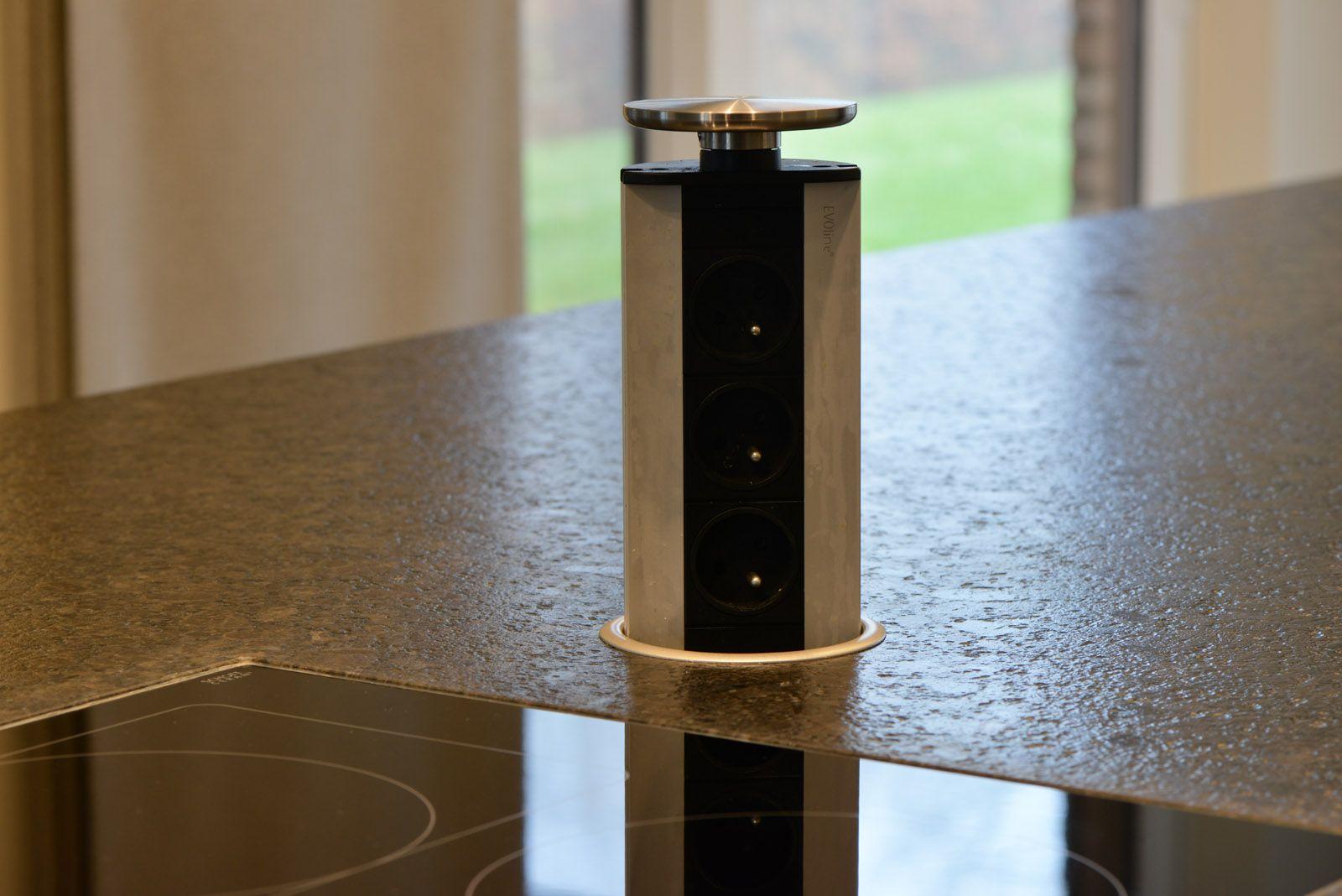 Dsm Keukens St Niklaas : gevlamd granieten keukenblad met weggewerkte stopcontacten