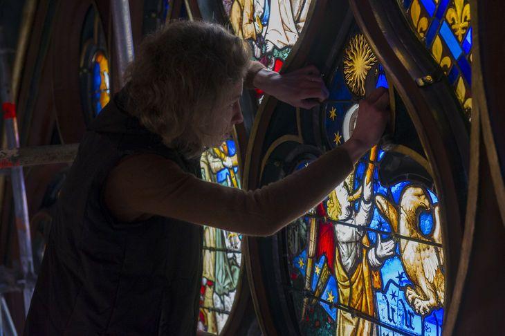 Repose de la rosace, morceau par morceau, après le démontage de chacun des éléments tenu par des plombs. Chaque mètre carré de vitrail est composé de 200 morceaux de verre soufflé et peint.