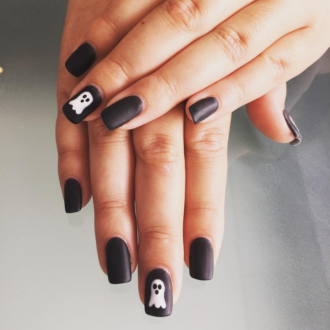 30 Amazing And Creative Halloween Nail Art Designs Cute Halloween Nails Black Halloween Nails Halloween Nail Art