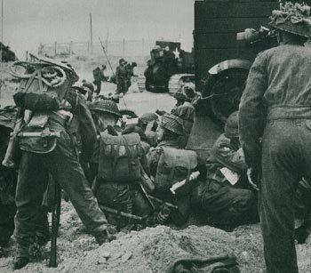 Secteur Queen Red, Sword Beach. Des soldats du 2nd East Yorkshire se rassemblent derrière des Bren Carrier.