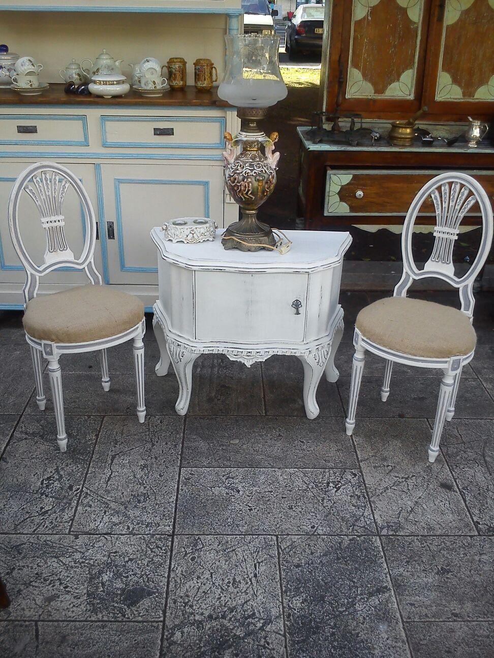Comodino e sedie in stile Shabby Chic creazione sempre
