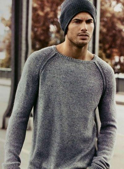 87bc8ffa205b6 Jersey y gorro de lana gris. Outfit para hombre de otoño. Sweater and gray  wool cap. Mens Fall Outfit. Jersey et bonnet de laine gris.