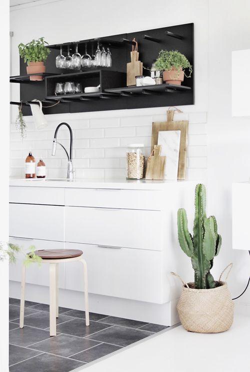 une cuisine blanche avec des carreaux type mtro en crdence du carrelage gris au sol