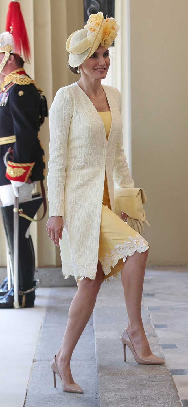 Reino Unido, look 2: Bienvenida amarilla y con tocado - El Vestidor ...