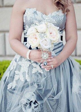 Love this cream bouquet with the colorful bridal gown! #weddinginspiration #weddingdress #bouquet #weddingflorals @karidawsonphoto