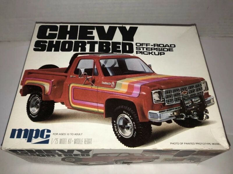 1:25 Scale Model Kit MPC847 1984 GMC Pickup Molded in White