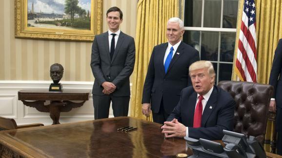 Donald trump pose pour la première fois dans le bureau ovale de la