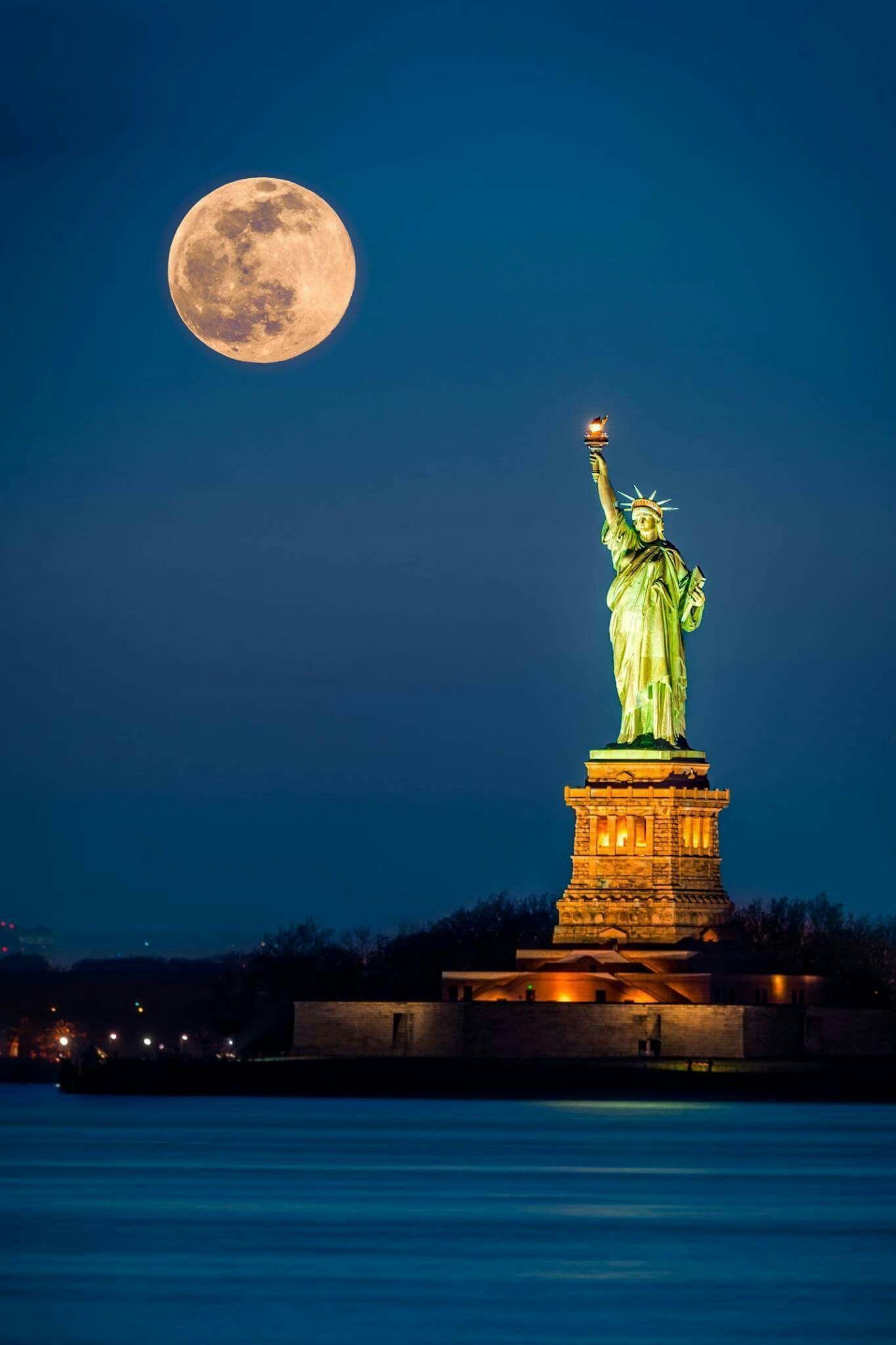 Pin By Cynthia Mills On Immagini Emozionanti Liberty New York Night City Statue Of Liberty