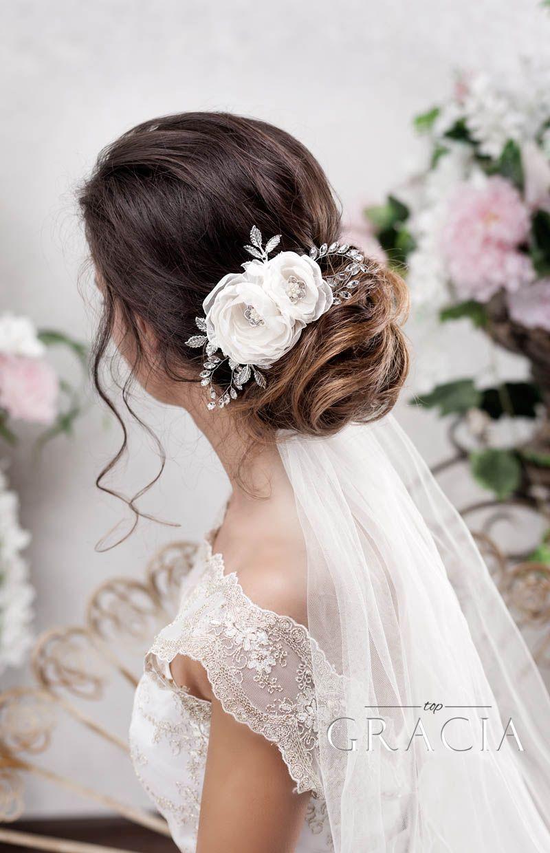 Elegant Wedding Hairstyles Loose Updo On Messy Hair With Veil Looking Simple Yet Chic Topgraciaw Bridal Hair Flowers Romantic Bridal Hair Bridal Hair Half Up