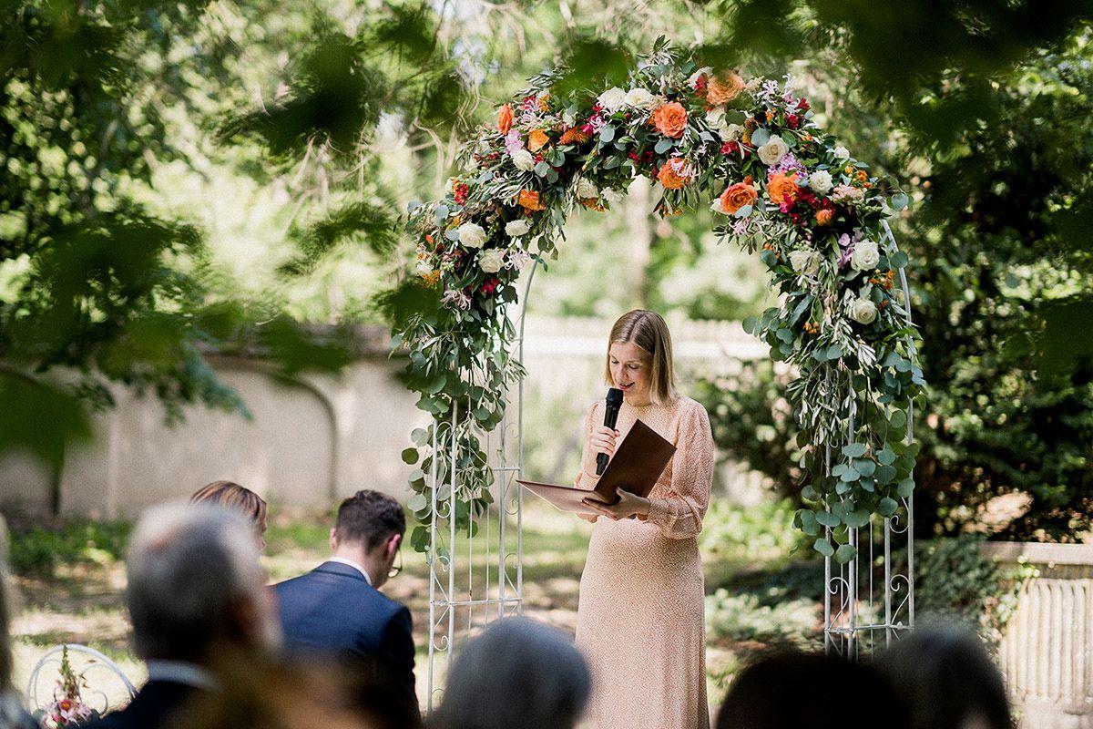 Idee DIY Hochzeit Traubogen Blumen freie Trauung draußen - Schloss Blankensee Hochzeit Hochzeitsfotograf Berlin © www.hochzeitslicht.de