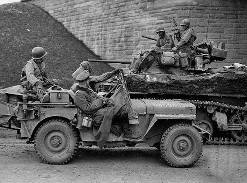 Jeep avec deux officiers de la wehrmacht comme prisonnier - Deux robinets coulent dans un reservoir ...