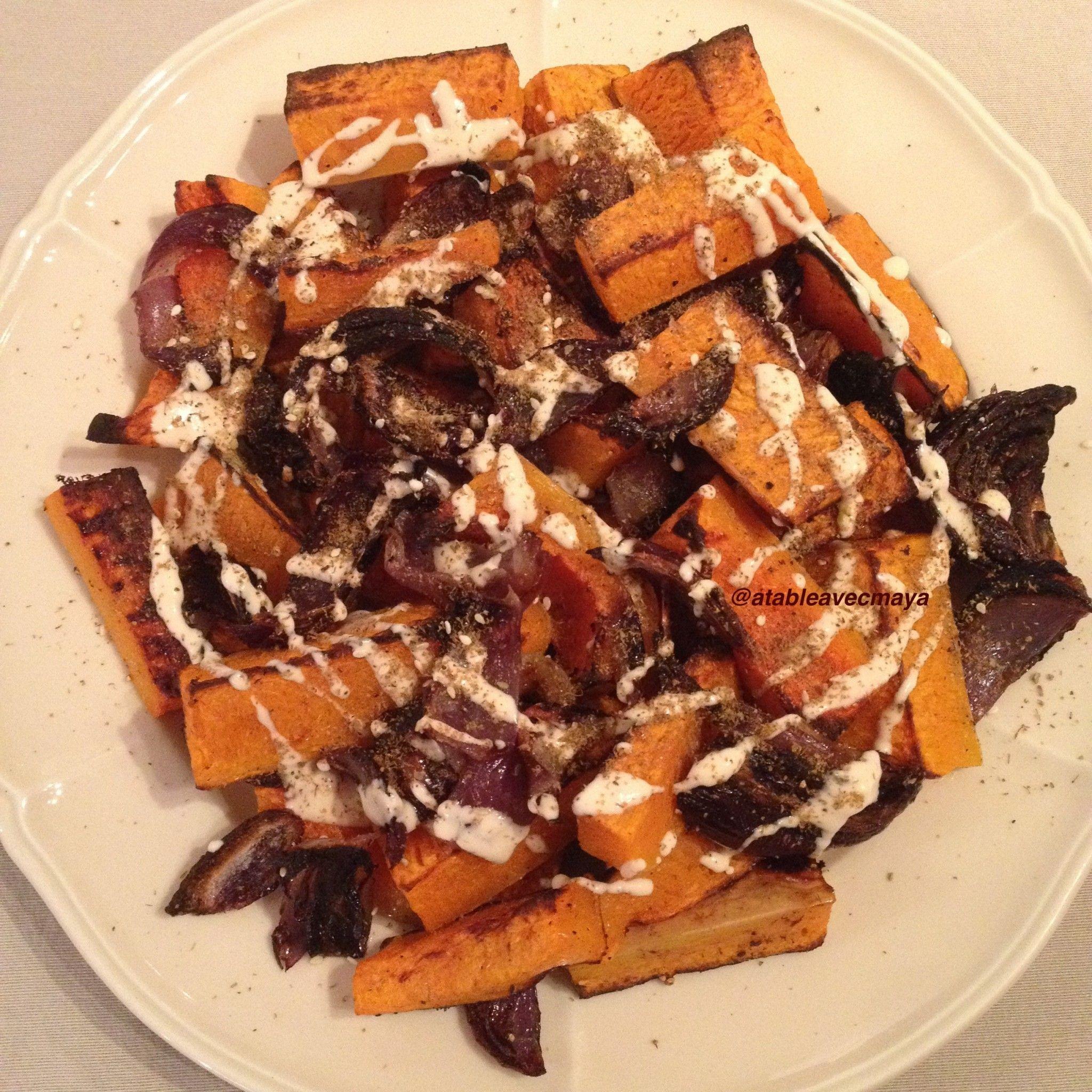 Courge butternut rôtie & oignon rouge, tahini & zaatar, un plat de bons et beaux légumes qui transformerait un carnivore en végétarien! Merci Ottolenghi!