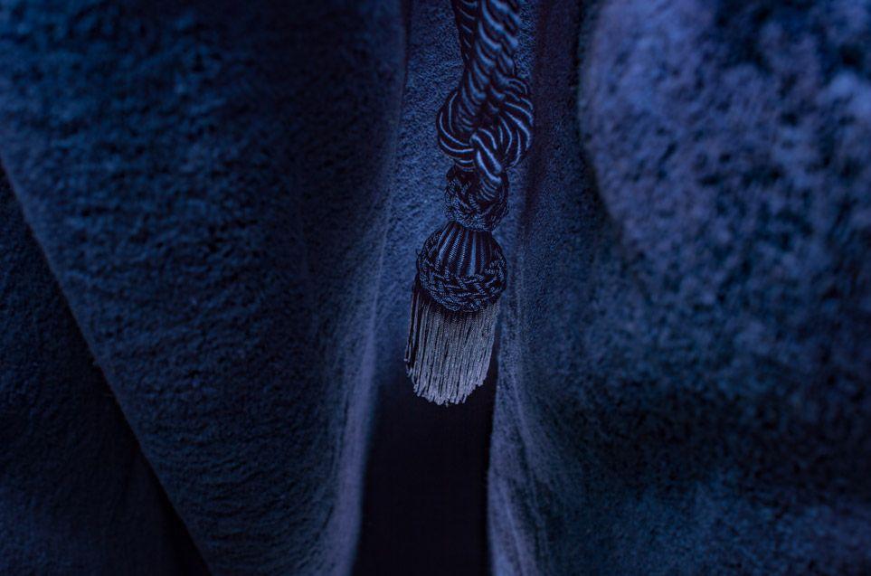 Telo quadrato in spugna di cotone di un ricco colore blu, decorato ...