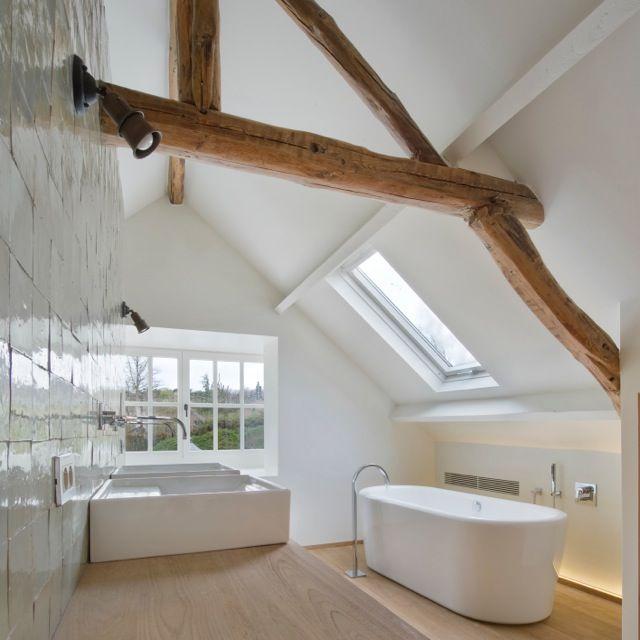 Witte badkamer op zolder - houten balken | Bathrooms | Pinterest ...