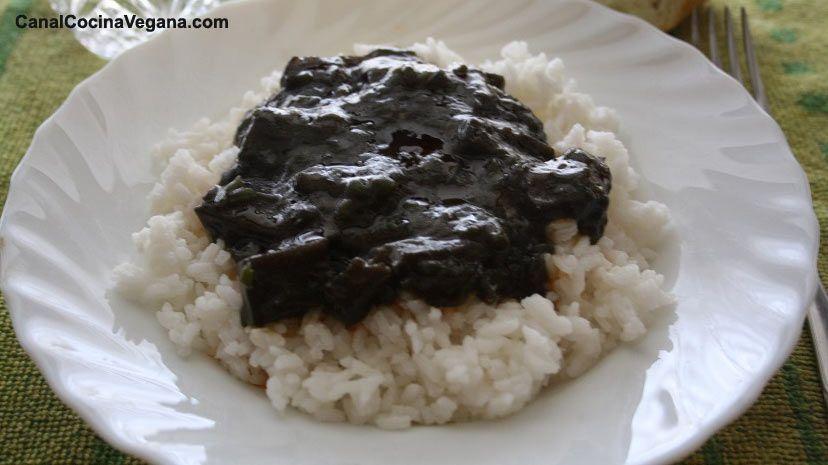 Una receta original y deliciosa Ingredientes: Una taza de arroz blanco Unos pocos espaguetis de mar (alga) 1/2 cebolla grande 1 ó 2 dientes de ajo 1 p...