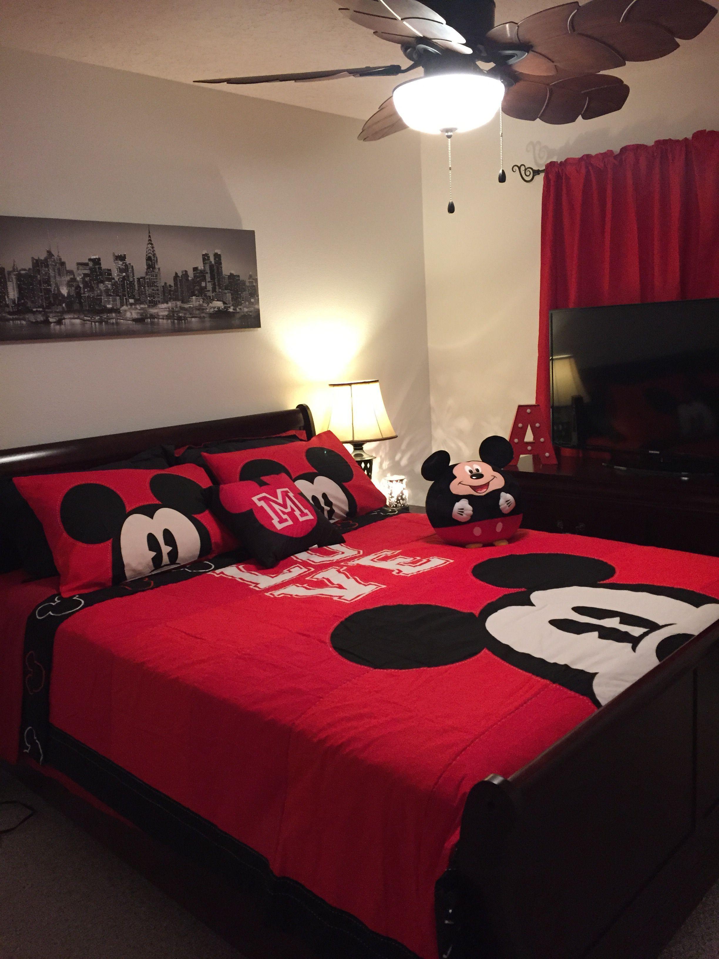 La segunda Habitación Tiene una Cama Queen, con Closed Amplio y Detalles de  Decoración, inspirados en Disney MIckey Vitage, Smart Tv, de 46
