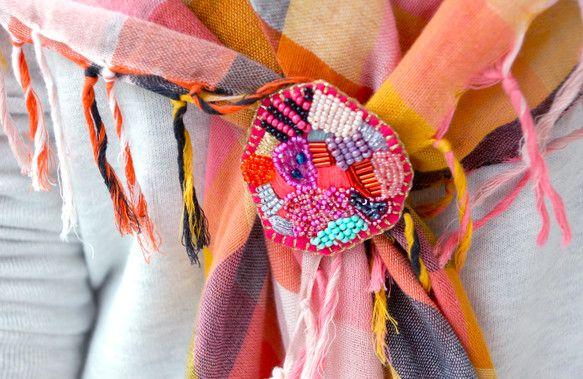 イメージモチーフは宝石でキラキラおおきめのブローチ。ドローイングするように自由にビーズと刺繍で描きました。鞄や服につけたり、ショールを止めるたりするのに向いて...|ハンドメイド、手作り、手仕事品の通販・販売・購入ならCreema。