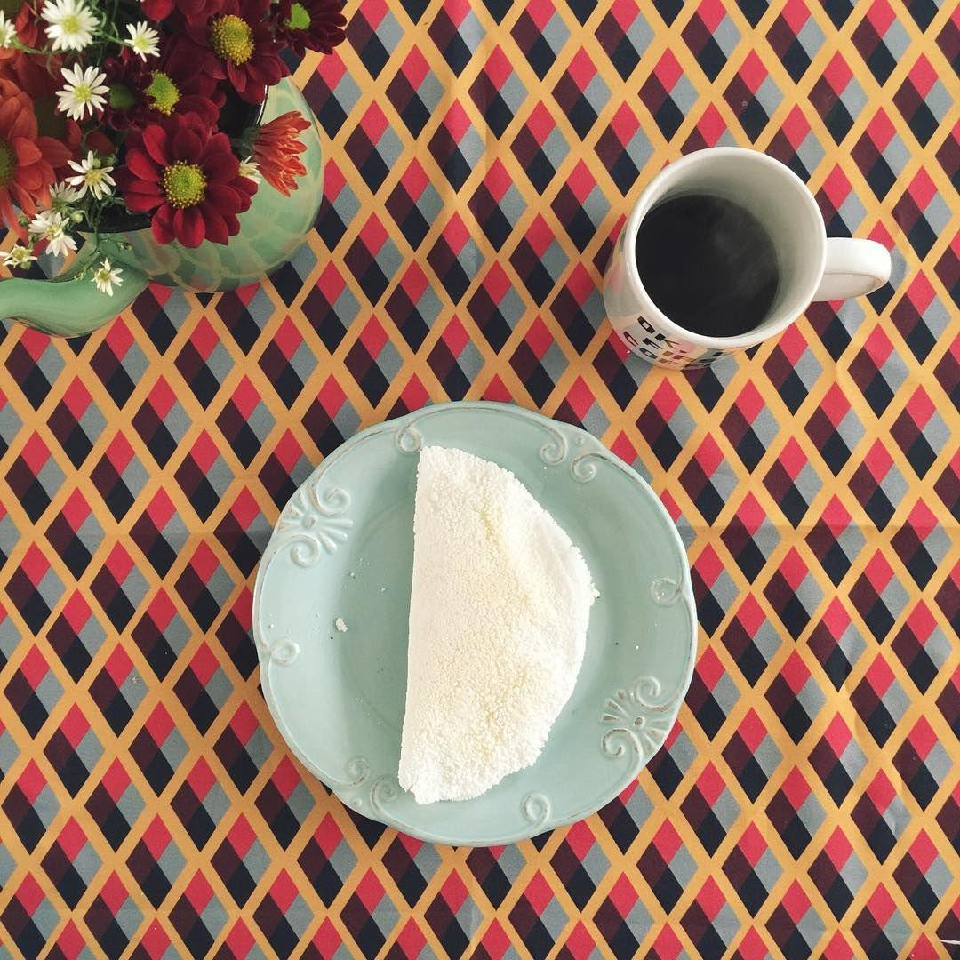 Prato, toalha de mesa, flores
